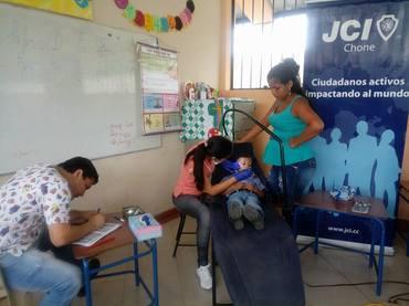 6.escribiendo datos del estudiante en las fichas odontologicas proporcionadas por el centro de salud