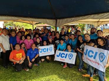 Group photo at kg pangasaan freemarket